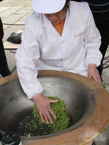 Séchage des feuilles de Long Jing