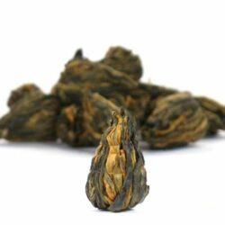 thé tressé en fleurs à infuser dans un mug ou une théière
