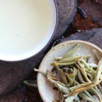 thé blanc du Yunnan Yin Zhen Jinggu 2017 infusé