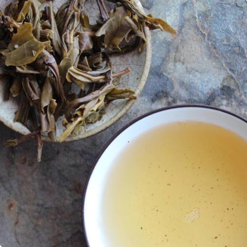 feuilles et infusions de thé pu-erh du Yunnan