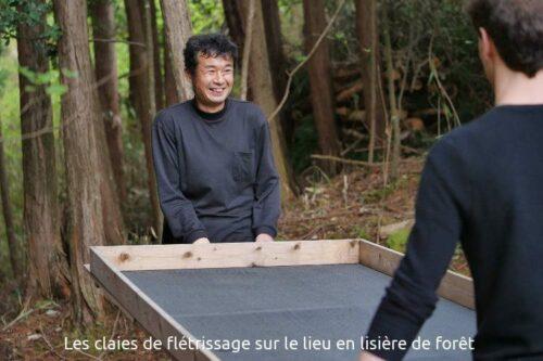 Mr Suikyo et les claies de bois pour le flétrissage des feuille.
