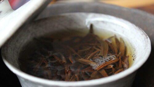 infusion au gaiwan de thé rouge Tongmu Yin Junmei