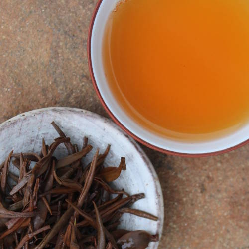 Feuilles et infusion du thé rouge Tongmu Yin Jun Mei